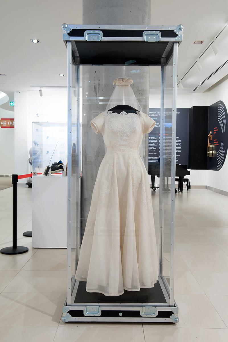 Robe de mariée portée par k.d. lang, Numéro de l'objet : 1507, Centre national de musique