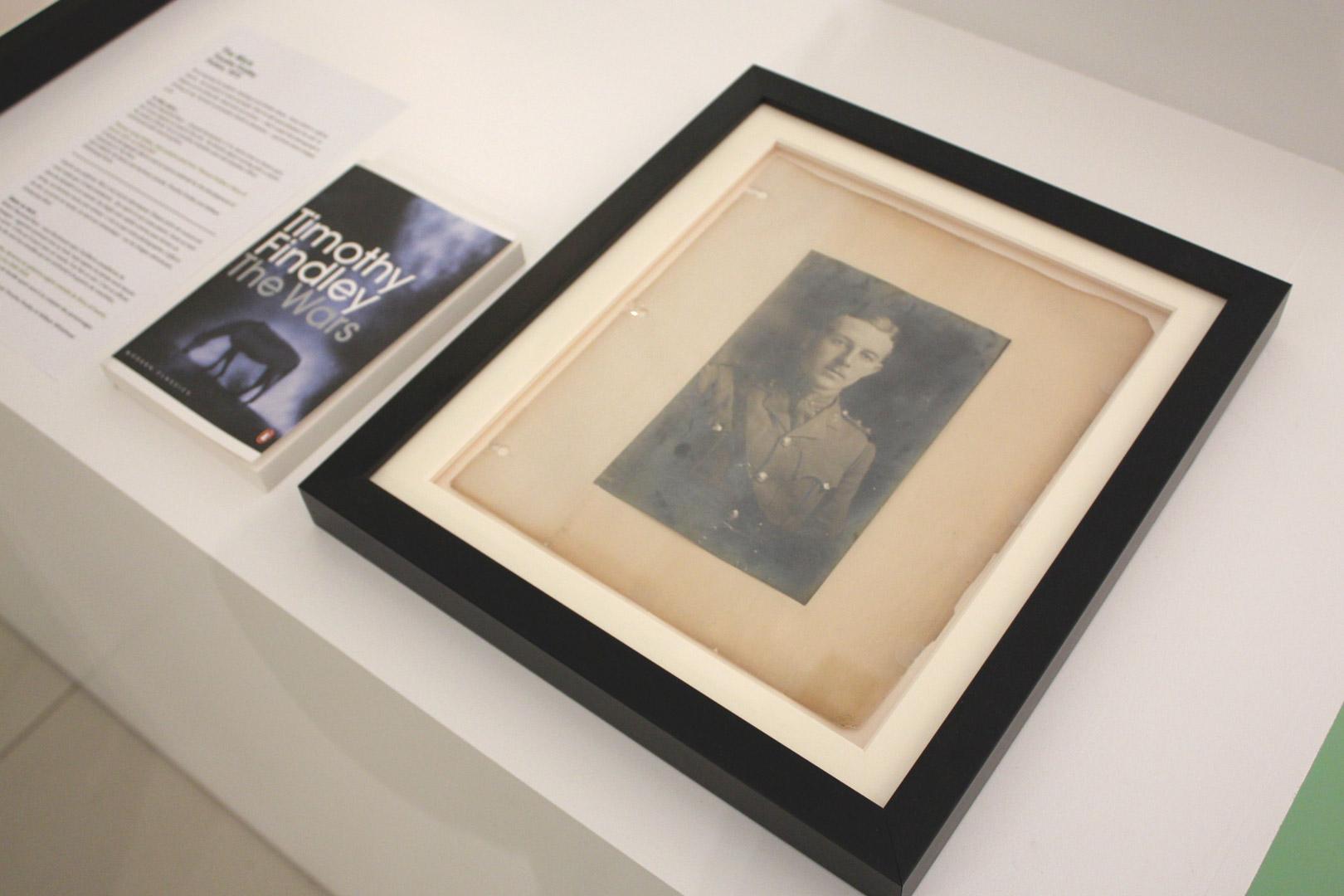 Une épreuve à la gélatine argentique de Thomas Irving Findley, tiré d'un album de photographies de famille ayant servi à la création du roman « The Wars » de Timothy Findley.