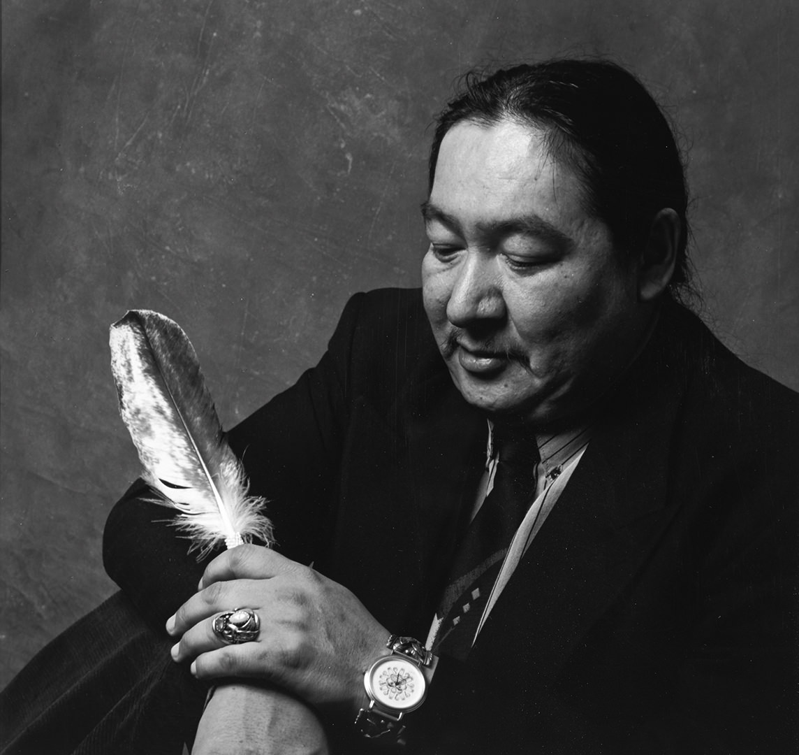 13 / 17 Chief Elijah Harper (1990) David Neel (1960 - ) Photographie n/b Collection : Banque d'art du Conseil des arts du Canada