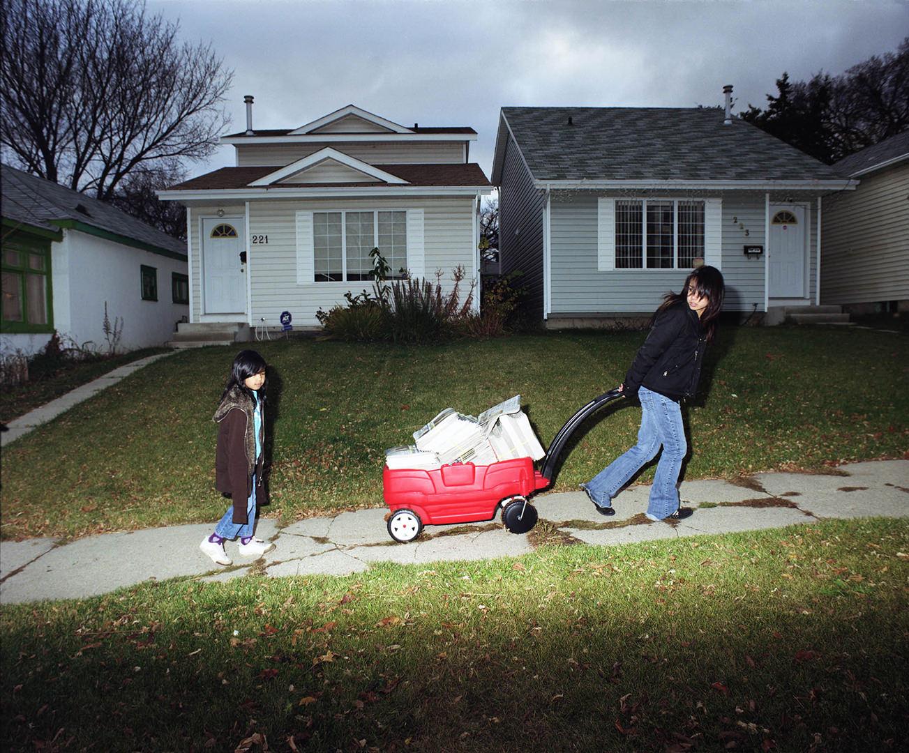 14 / 17 Paper Route (2009) Julie Oh (1984 - ) Photographie couleur Collection : Banque d'art du Conseil des arts du Canada