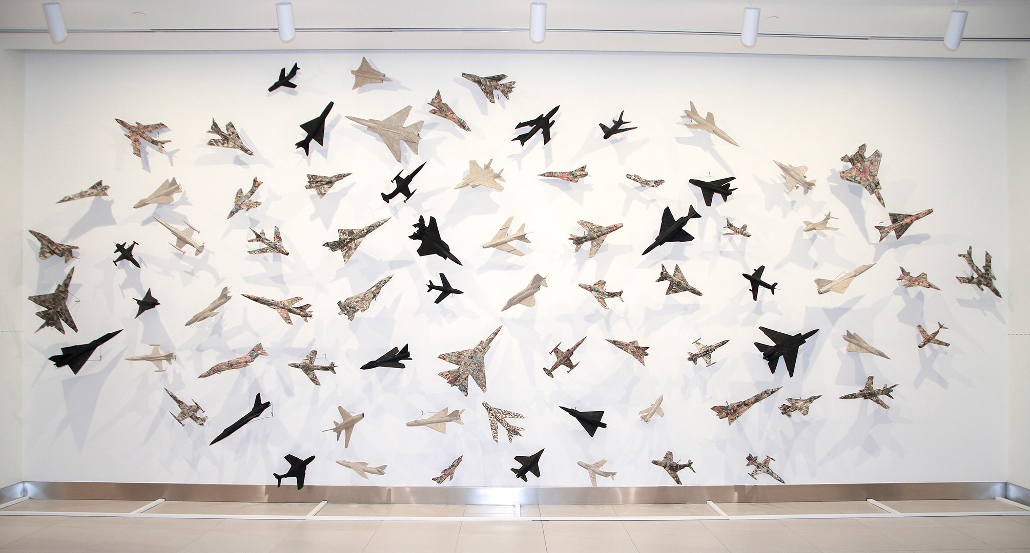 76 Airplanes (1985) Robert Adrian (1935 - 2015) Installation: collage sur avions modelés Collection : Banque d'art du Conseil des arts du Canada