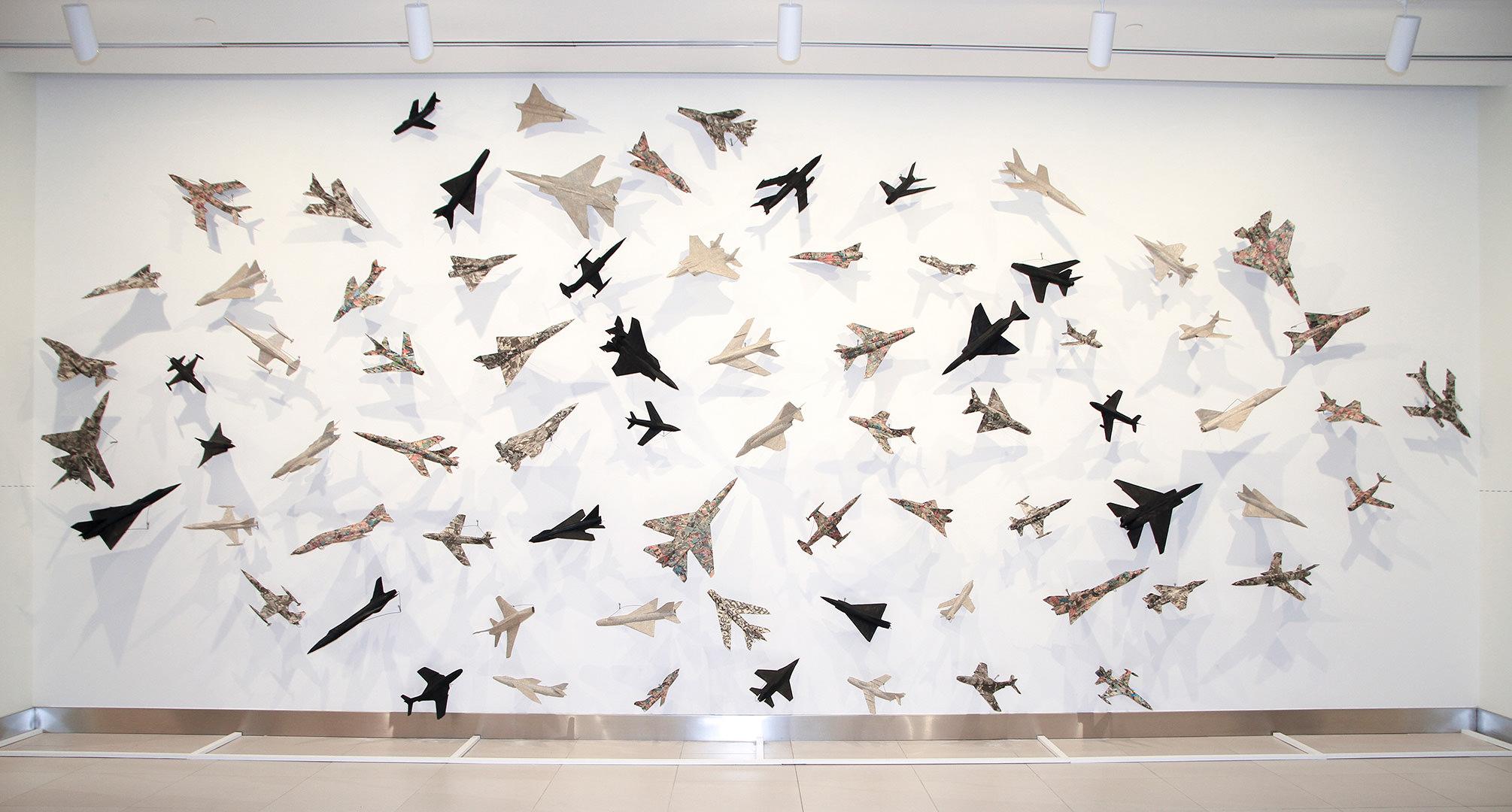 76 Airplanes (1985) Robert Adrian (1935 - 2015) Installation: collage sur avions modelés Collection : Banque d'art du Conseil des arts du Canada