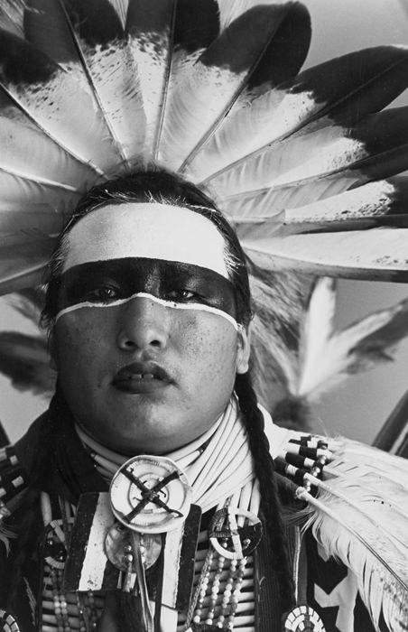 Jeff Thomas, Timothy L. White Eyes, Lakota Traditional Dancer, Hobbema, Alberta (1991). Photographie.