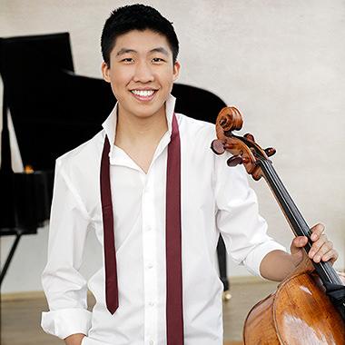 Bryan Cheng, gagnant du prix Michael-Measures 2017, tenant son violoncelle vénitien fabriqué en 1754 par Bartolomeo Tassini.