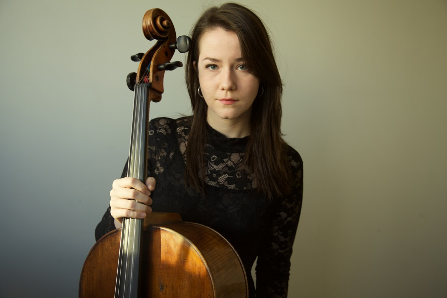 Vanessa Hunt Russell pose avec son violoncelle