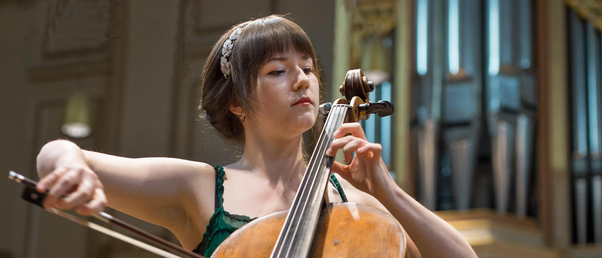 Vanessa Hunt Russell joué son violoncelle at à un concert de musique de chambre