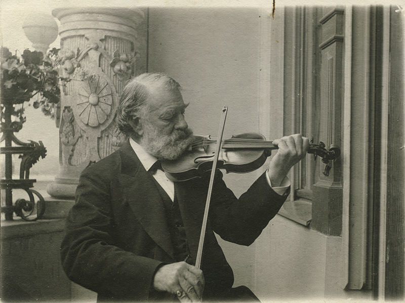 Le violoniste hongrois Joseph Joachim (1831-1907) joue l'un de ses 12 violons.